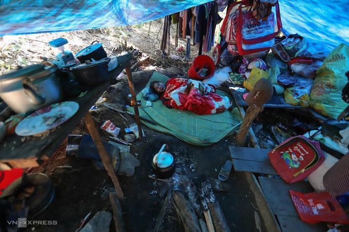 Bà Phăn trong căn lán căng tạm tấm bạt. Ảnh: Nguyễn Đông.