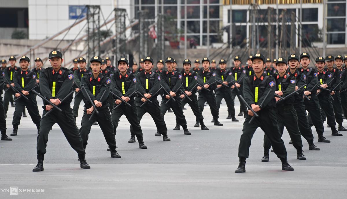 Cảnh sát cơ động biểu diễn võ thuật, đu dây bắn súng