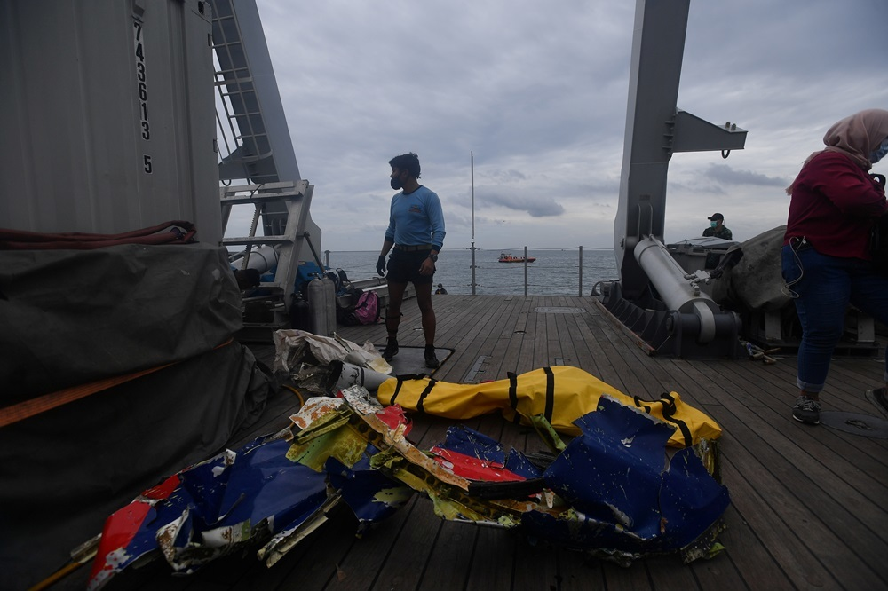 Nỗ lực tìm kiếm máy bay Indonesia lao xuống biển