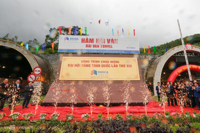 Công trình được gắn biển chào mừng Đại hội Đảng toàn quốc. Ảnh: Nguyễn Đông.