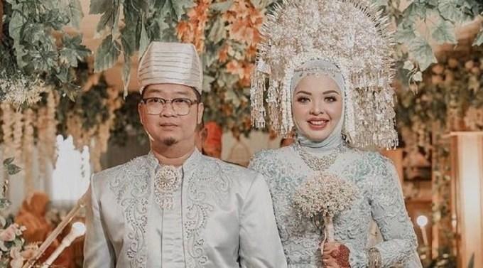 Ảnh cưới của vợ chồng Ihsan Adhlan Hakim và Putri Wahyuni. Ảnh: IDToday.
