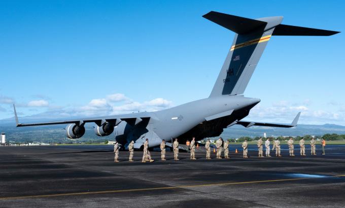 Lính Vệ binh Quốc gia Mỹ xếp hàng chờ tiêm vaccine bên ngoài chiếc C-17 hồi tuần trước. Ảnh: ANG.