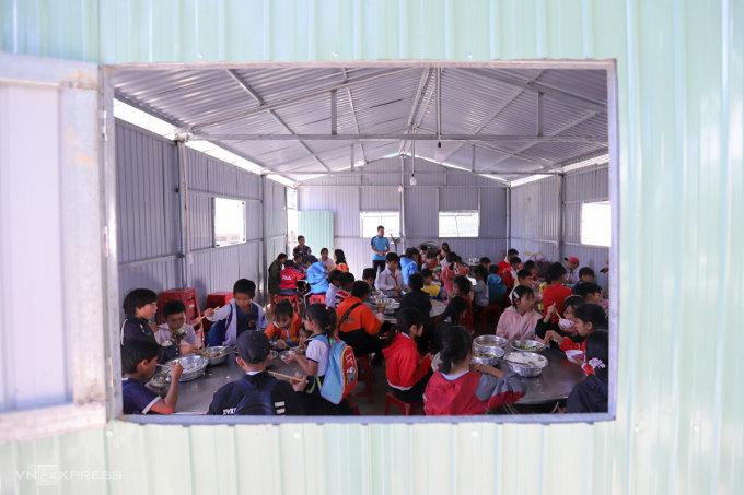 Nhà ăn bằng tôn của học sinh Phước Kim. Ảnh: Nguyễn Đông.