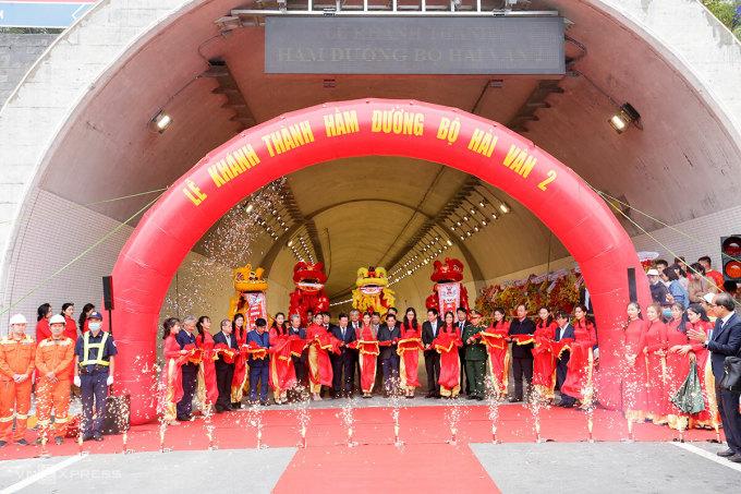 Nghi thức cắt băng khánh thành hầm Hải Vân 2. Ảnh: Nguyễn Đông.