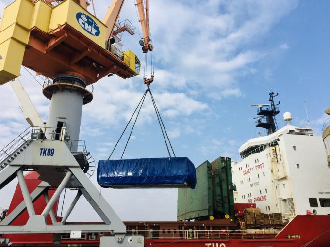 Robot thứ hai được cẩu từ tàu biển xuống cảng Hải Phòng trưa 11/1. Ảnh MRB.