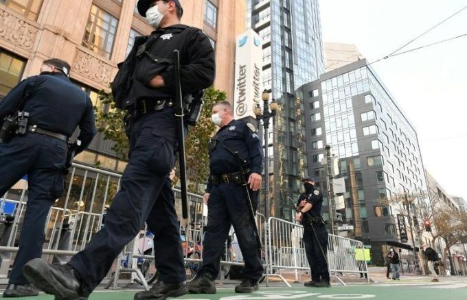 Cảnh sát dựng rào chắn, tuần tra trước trụ sở Twitter tại San Francisco, California, hôm 11/1. Ảnh: AFP
