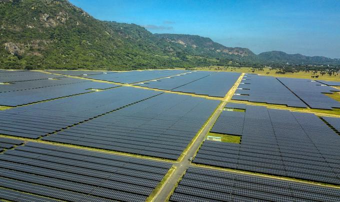 Công trình nhà máy điện năng lượng mặt trời dưới chân núi Cấm. Ảnh: Kim Ngân