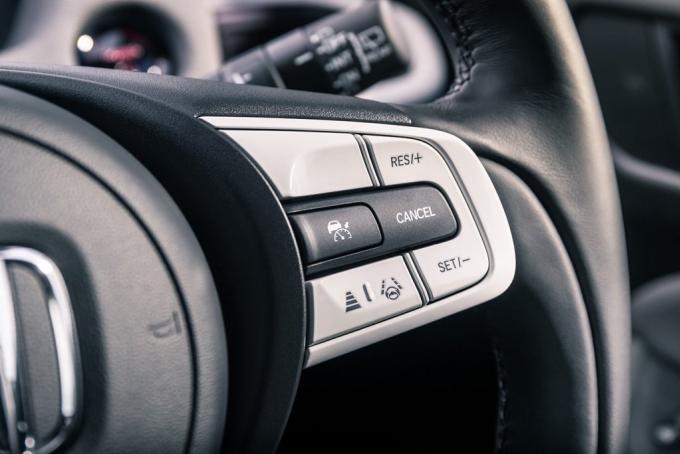 Jazz trang bị hệ thống an toàn Honda Sensing, với những tính năng như hỗ trợ giữ làn và điều khiển hành trình chủ động. Ảnh: Honda