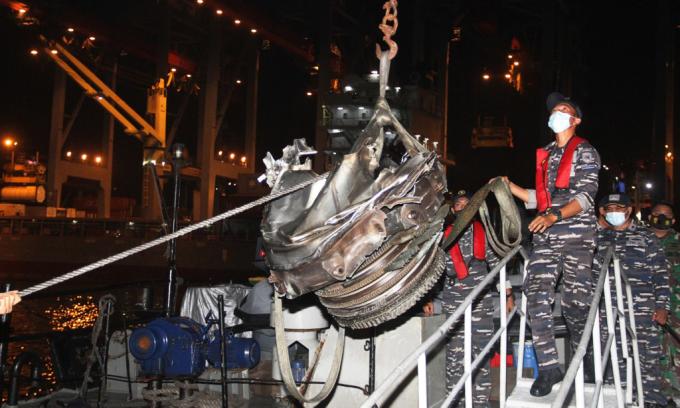 Lực lượng tìm kiếm cứu hộ đưa một động cơ được trục vớt sau vụ rơi máy bay đến cảng ở Jakarta, Indonesia, hôm 10/1. Ảnh: AFP.