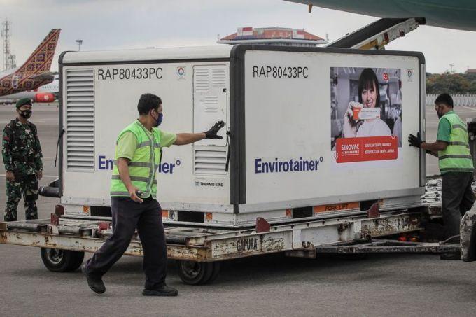Nhân viên sân bay và binh sĩ Indonesia di chuyển các lô vaccine của Sinovac tại sân bay Soekarno-Hatta gần Jakarta hôm 12/1. Ảnh: Reuters.