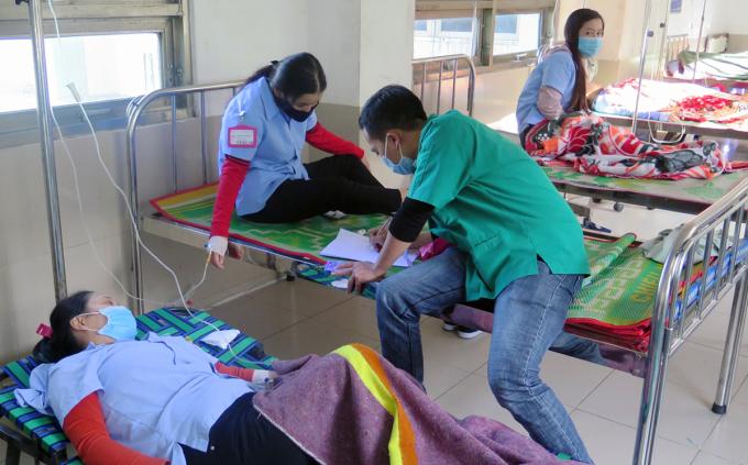 Các công nhân nhập viện sau bữa cơm tập thể tại công ty ở TP Tuy Hòa, ngày 13/1. Ảnh: An Phước.