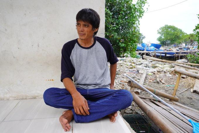 Hendrik Mulyadi, ngư dân trên đảo Lancang, nhân chứng vụ rơi máy bay trên biển Java, Indonesia hôm 9/1. Ảnh: NY Times.