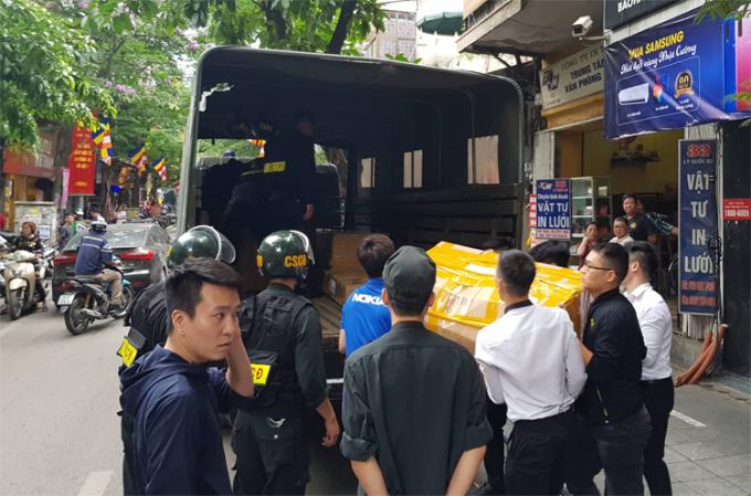 Cảnh sát khám xét, đưa nhiều hàng hóa của Nhật Cường lên xe thùng hồi tháng 5/2019. Ảnh: Tất Định