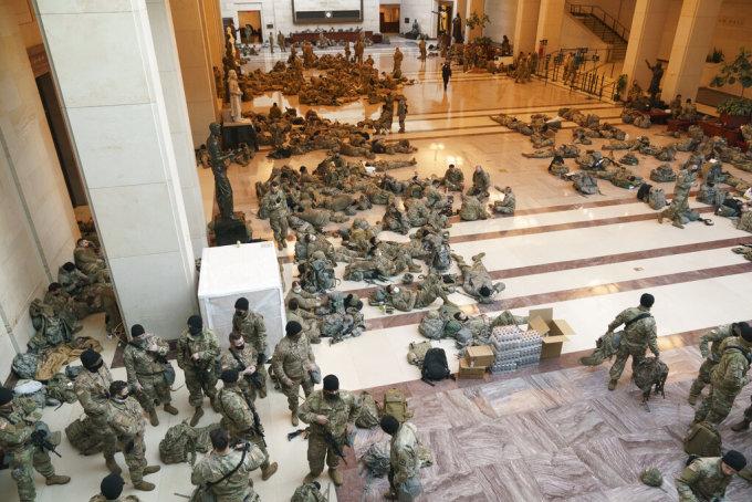 Vệ binh Quốc gia nằm ngủ trên sàn tòa quốc hội Mỹ ngày 13/1. Ảnh: AP.