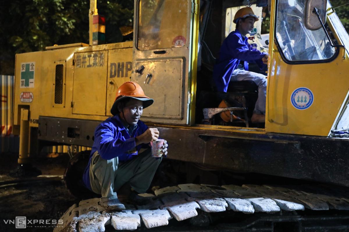 Tật bật thi công đường Nguyễn Hữu Cảnh trong đêm