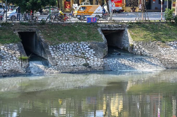 Dọc hai bờ sông Tô Lịch có hàng trăm cống nước thải. Ảnh: Giang Huy.