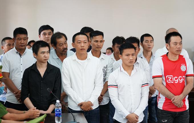 Đàn em của Quyền và những người tham gia đánh bạc trong phiên xử phúc thẩm của TAND tỉnh Bà Rịa - Vũng Tàu, hôm 17/12. Ảnh: Hắc Minh.