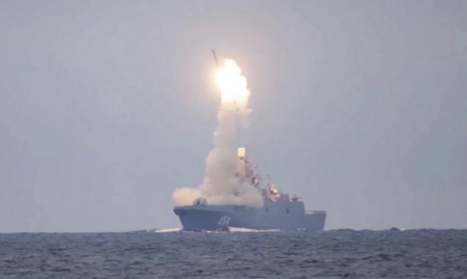 Tàu hộ vệ Đô đốc Gorshkov phóng tên lửa Zircon hồi tháng 10/2020. Ảnh: Bộ Quốc phòng Nga.