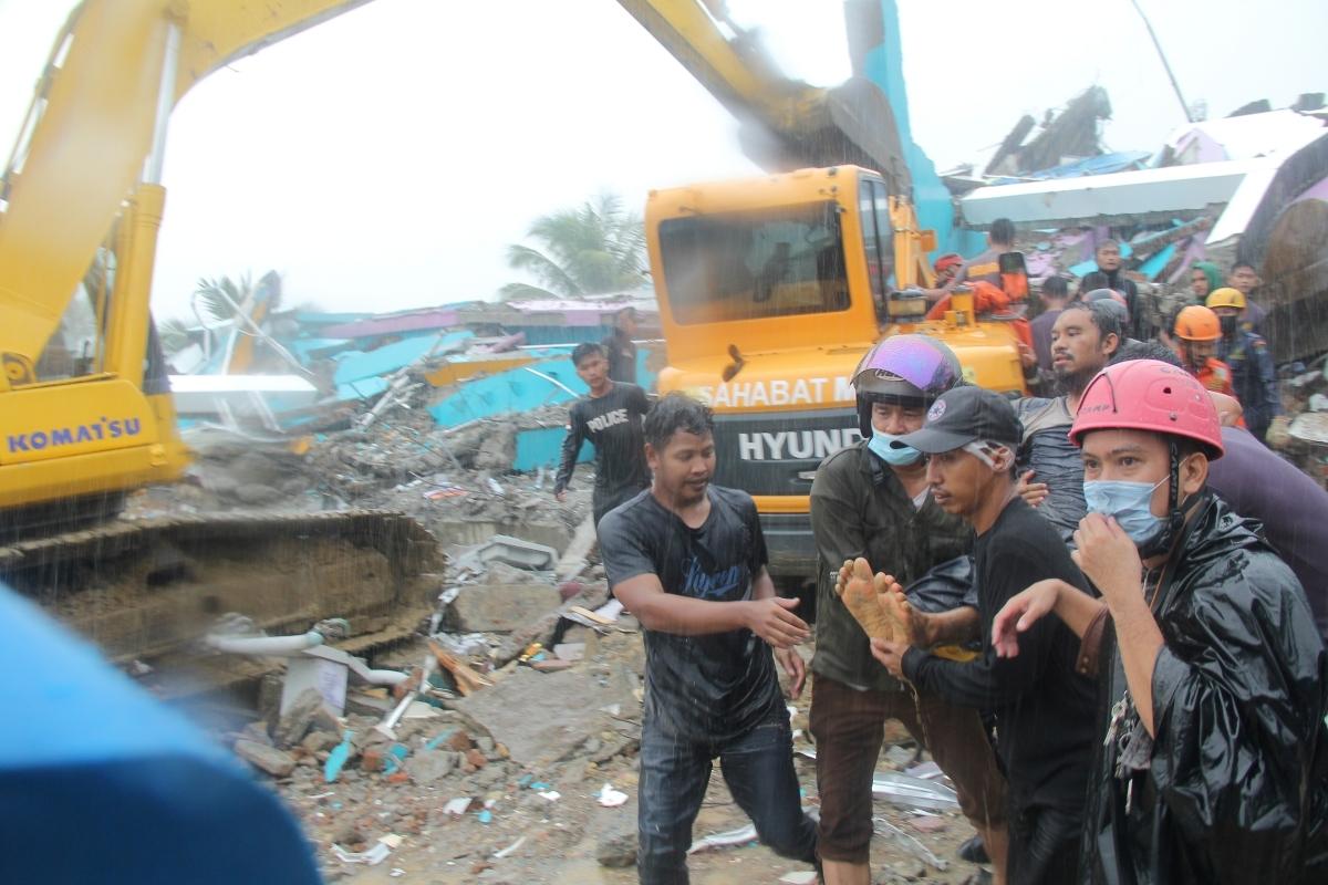 Đảo Indonesia tan hoang sau động đất