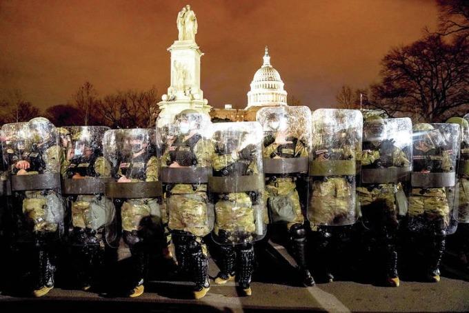 Lực lượng Vệ binh Quốc gia quận Columbia đứng gác bên ngoài Tòa nhà Quốc hội Mỹ sau ngày bạo loạn hôm 6/1. Ảnh: AP
