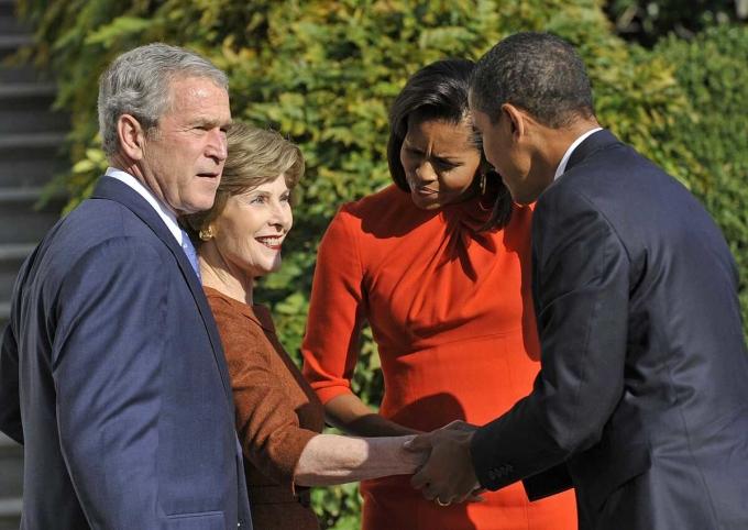 Vợ chồng Tổng thống George W. Bush chào đón vợ chồng Tổng thống đắc cử Obama đến Nhà Trắng tháng 11/2008. Ảnh: AP.
