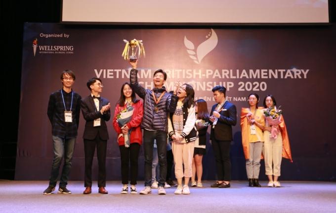 Đức Anh (cầm cúp) giành giải nhất cuộc thi cuộc thi Vietnam British Parliamentary Championship. Ảnh: Nhân vật cung cấp