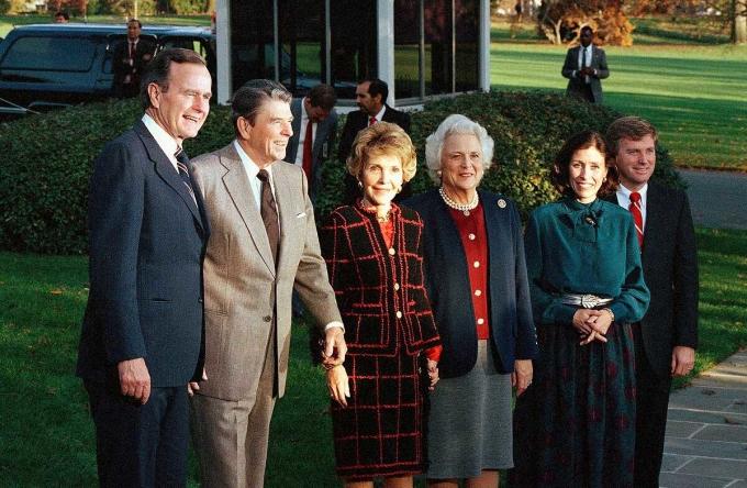 Tổng thống Ronald Reagan và phu nhân chào đón vợ chồng người kế nhiệm George H.W. Bush và vợ chồng phó tổng thống đắc cử Dan Quayle tháng 11/1988 ở Nhà Trắng. Ảnh: AP.