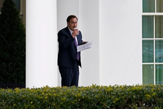 Mike Lindell, CEO của MyPillow, cầm tài liệu rời Nhà Trắng hôm 15/1. Ảnh: AP