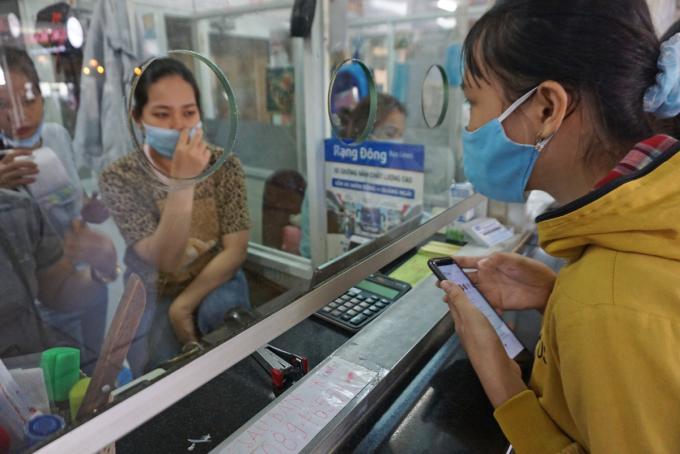 Khách hỏi thông tin vé xe Tết chặng về Quảng Ngãi của nhà xe Rạng Đông tại bến xe Miền Đông, chiều 18/1. Ảnh: Gia Minh.