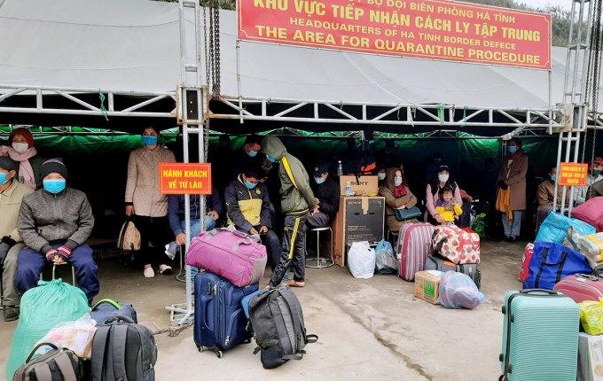 Lao động Việt trở về từ Lào chờ làm thủ tục nhập cảnh tại cửa khẩu Cầu Treo, chiều 16/1. Ảnh: Đức Hùng