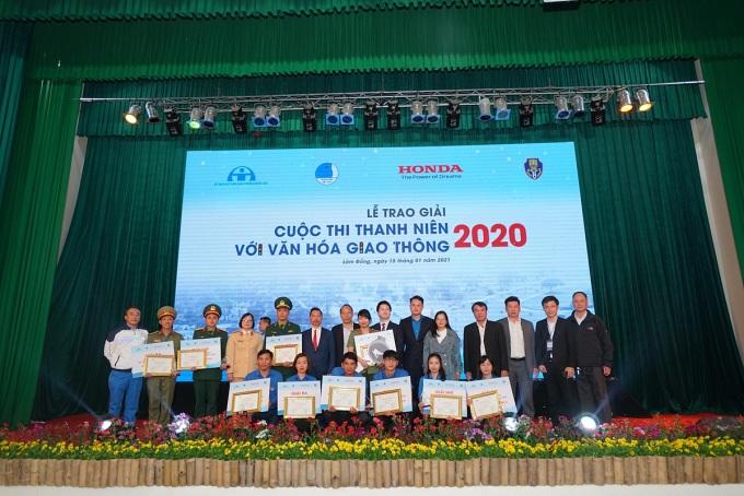 Ban tổ chức trao giải cho nhóm và cá nhân. Ảnh: Honda Việt Nam.