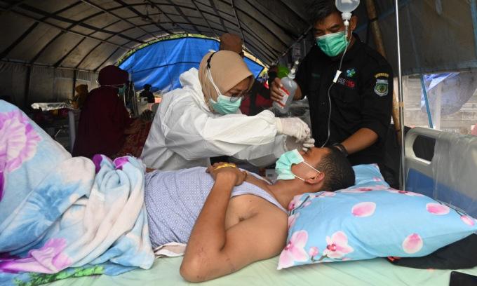 Y bác sĩ Indonesia kiệt sức vì động đất, Covid-19