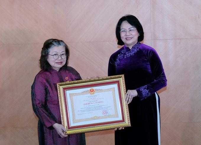 Phó chủ tịch nước Đặng Thị Ngọc Thịnh trao tặng danh hiệu Anh hùng Lao động thời kỳ đổi mới cho GS Huỳnh Thị Phương Liên. Ảnh: Bộ Y tế