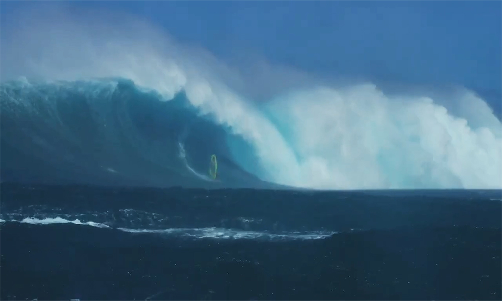 Sóng quái vật 'nuốt chửng' người lướt ván