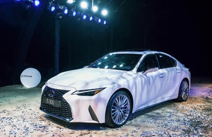 Sedan Lexus IS trong họp báo ra mắt hôm 14/1 tại Đà Nẵng. Ảnh: Ngọc Điệp