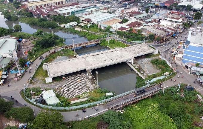 Cầu Tân Kỳ - Tân Quý (quận Bình Tân) chuyển hình thức đầu tư từ BOT sang dùng vốn ngân sách sau 2 năm ngưng thi công. Ảnh: Gia Minh.