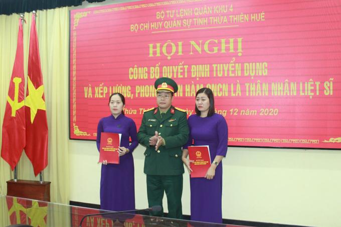 Thượng úy Hoàng Thị Hnahj Phúc và Trần Thị Mỹ Ny trong ngày nhận quyết định của Bộ Quốc phòng. Ảnh: Võ Thạnh