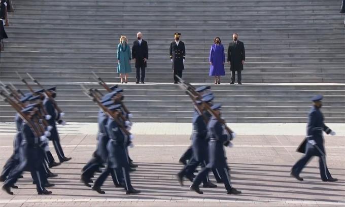 Vợ chồng Tổng thống Biden và Phó tổng thống Harris duyệt đội danh dự. Ảnh chụp màn hình.
