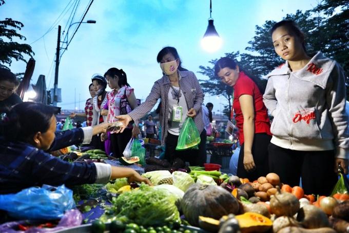 Do ảnh hưởng của dịch bệnh nhiều công nhân sẽ ở lại thành phố làm việc kiếm thêm thu nhập trong dịp Tết. Trong ảnh, công nhân khu công nghiệp Tân Tạo, quận Bình Tân mua đồ ăn sau khi tan ca. Ảnh: Hữu Khoa.
