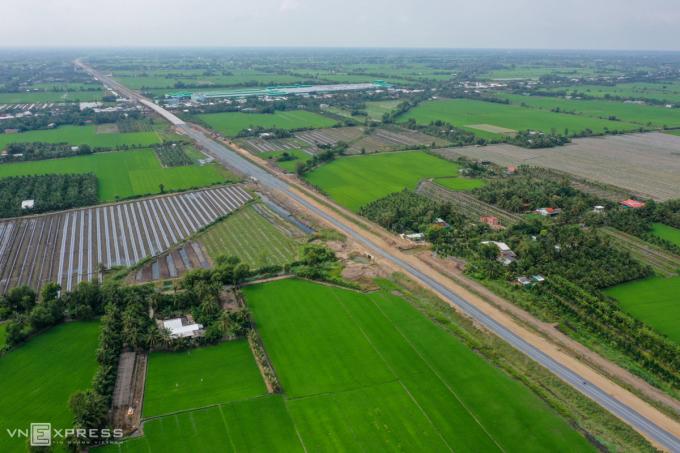 Theo phương án điều chỉnh, đường sắt TP HCM - Cần Thơ có một đoạn đi theo bên phải tuyến cao tốc Trung Lương - Mỹ Thuận, đang chuẩn bị hoàn thành. Ảnh: Quỳnh Trần.