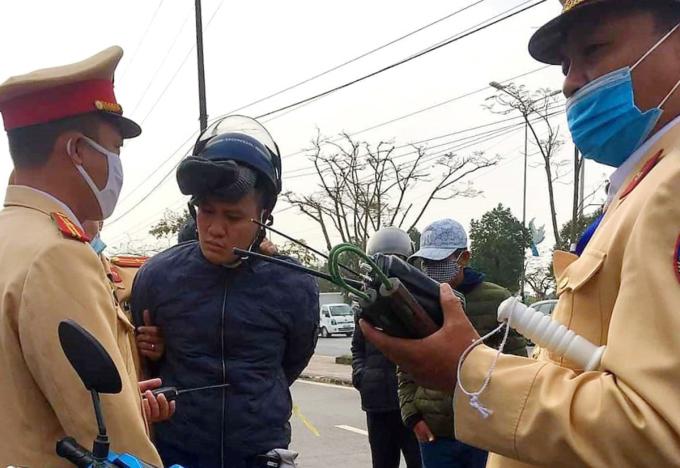 Nguyễn Công Mỹ bị công an khống chế ngay sau khi dùng côn nhị khúc tấn công tổ CSGT làm nhiệm vụ trên đường tỉnh lộ 353 đi Đồ Sơn. Ảnh: Cắt từ video clip