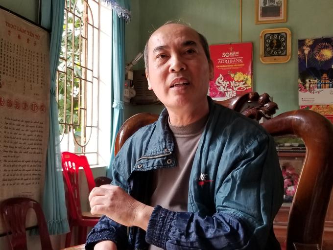 Ông Lê Văn Đúng kể lại giây phút tên cướp tiệm vàng Công Huệ cầm dao chạy vào nhà, kề mạn sườn ông, rồi van xin ông che chở trước nhóm thanh niên cầm gậy gộc truy đuổi. Ảnh: Giang Chinh