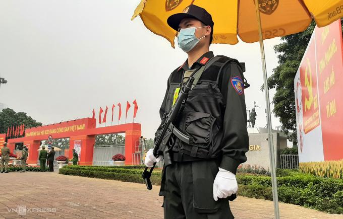 Trung úy Nguyễn Tiến Mạnh, Trung đoàn CSCĐ thủ đô đứng chốt tại cổng chính Trung tâm Hội nghị Quốc gia trên Đại lộ Thăng Long. Ảnh: Bá Đô