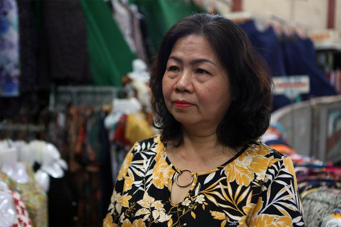Bà Nguyễn Thị Hải Hiền, chủ sạp vải mong Ban quản lý chợ Đầm cung cấp điện nước để kinh doanh trong dịp Tết, ngày 22/1. Ảnh: Xuân Ngọc.