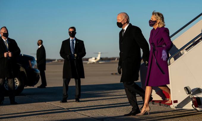 Tổng thống Joe Biden và Đệ nhất phu nhân Jill (phải) tại căn cứ không quân Andrews hôm 19/1. Ảnh: NYTimes.