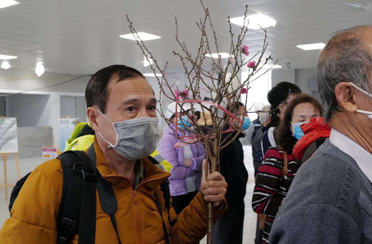 Người dân tham quan đoàn tàu Nhổn - ga Hà Nội