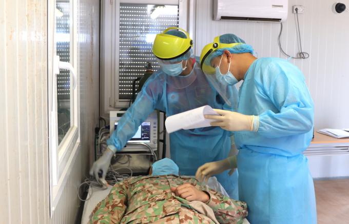 Các bác sĩ của bệnh viện dã chiến 2.2 thăm khám bệnh nhân tại phái bộ Gìn giữ hòa bình Liên Hợp Quốc ở Nam Sudan. Ảnh: BVDC 2.2