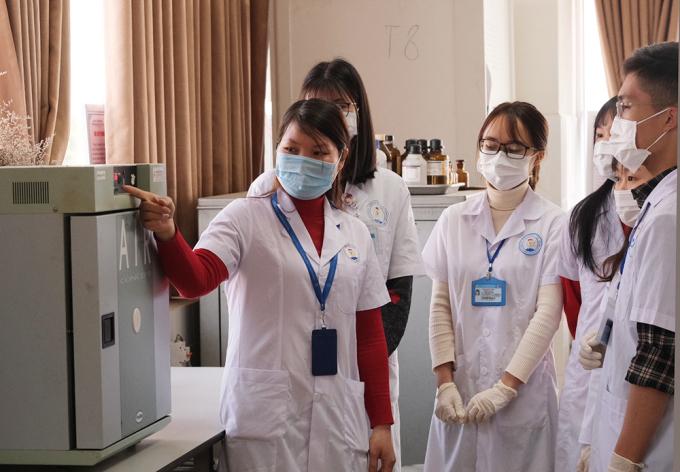 Cô Nông Thị Anh Thư (trái) hướng dẫn sinh viên trong phòng nghiên cứu ở Đại học Y Dược - Đại học Thái Nguyên. Ảnh: Dương Tâm.