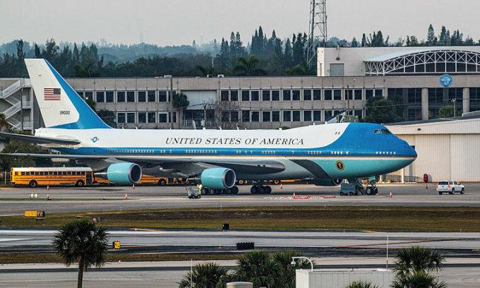 Chuyên cơ Không lực Một đỗ tại sân bay Palm Beach International năm 2017. Ảnh: Bocamag.