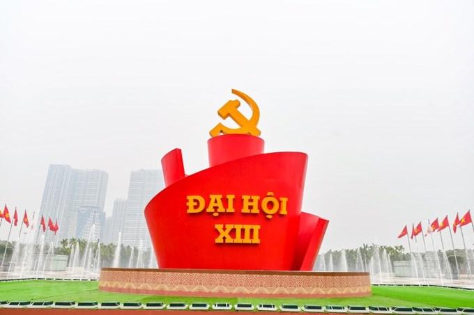 Biểu tượng lớn với dòng chữ Đại hội XIII được dựng lên phía trước Trung tâm Hội nghị Quốc gia Mỹ Đình. Ảnh: TTX